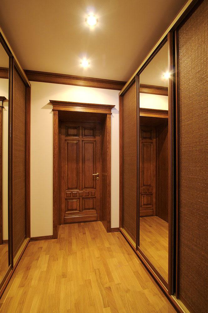 Шкафы в коридоре второго этажа.